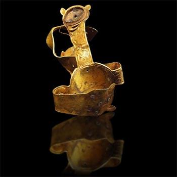 Một cây thánh giá bằng vàng bị méo, có thể để gắn vào một tấm bia mộ.