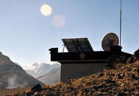 Trạm theo dõi động đất điều khiển từ xa ở chân núi Everest - Ảnh: Xinhua