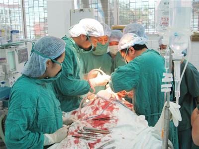 Phẫu thuật cắt hai khối u khổng lồ trên mặt bệnh nhân