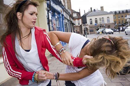 Chất dẻo và sự hung hăng của các cô gái trẻ