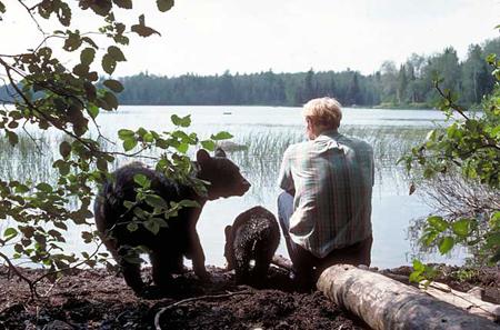 Tiến sĩ kết bạn với gấu đen