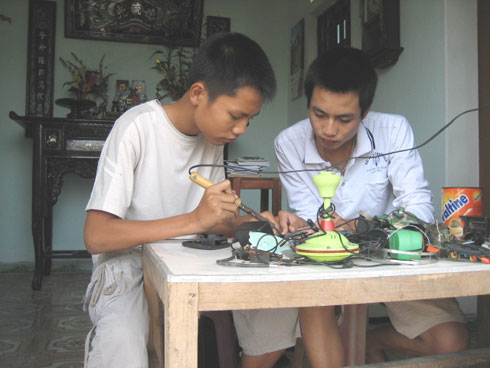 Hai thanh niên nông thôn chế tạo xe lội nước