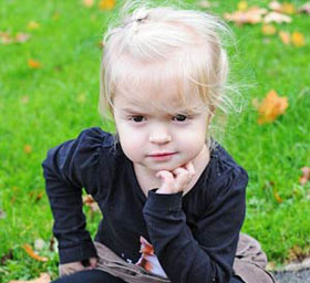 Căn bệnh biến cơ thể cô bé năm tuổi thành tinh thể