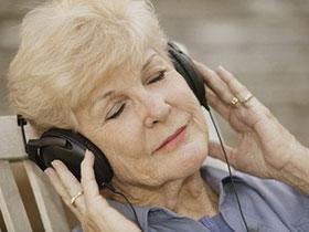 Nghe nhạc trong khi mổ giúp bảo vệ tế bào não
