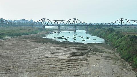 Sông Hồng cạn trong con mắt nhà khoa học