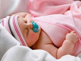 Trẻ ngậm vú cao su khi ngủ giảm nguy cơ đột tử