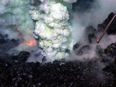 Quay được vụ nổ núi lửa sâu nhất dưới biển