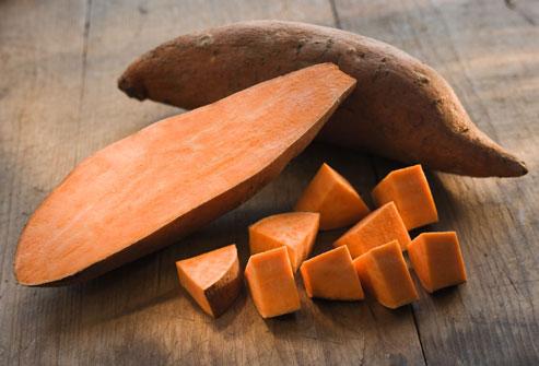 Cũng như cà rốt, khoai lang có rất nhiều chất chống ôxy hóa beta-carotene, giúp chống hình thành gốc tự do. Ngoài ra, khoai lang cũng rất giàuvitamin A giúp làm chậm quá trình lão hóa và có thể giúp giảm nguy cơ mắc các bệnh ung thư.