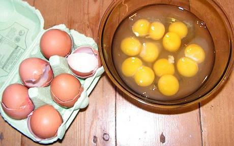 Chuyện lạ: Nửa tá trứng có hai lòng đỏ