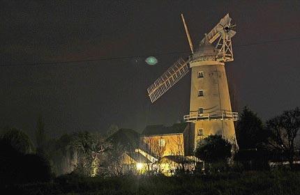 UFO màu xanh kỳ ảo trên bầu trời Anh
