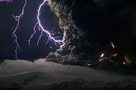 Tia sét trên miệng núi lửa tại Iceland