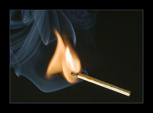 Tại sao que diêm nằm ngang bị uốn cong khi cháy?