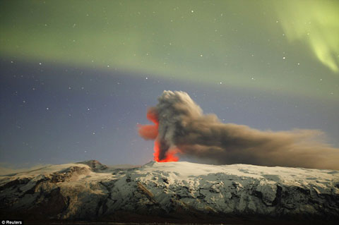 Cơn thịnh nộ của Eyjafjallajokull lu mờ dưới ánh cực quang