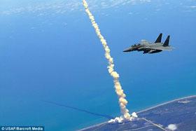 Chiến đấu cơ F-15 'hít khói' tàu Atlantis