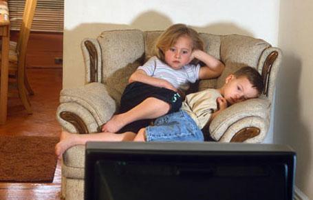 Trẻ xem TiVi nhiều xuất hiện thói quen có hại