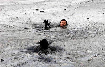 Trung Quốc: Dầu loang khắp 400km2 mặt biển từ vụ nổ đường ống
