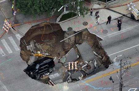 Xe Cadillac bị hố địa ngục nuốt chửng