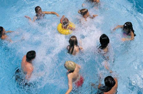 Vì sao đi bơi có thể bị... ung thư?