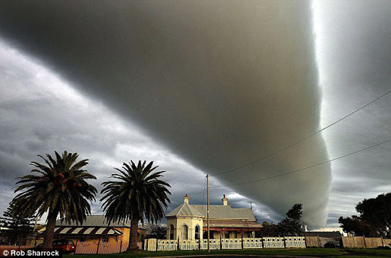 Đám mây kỳ dị hình ống khói khổng lồ