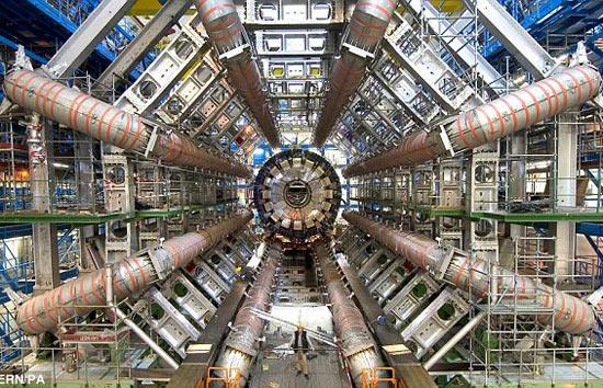 Bên trong máy gia tốc hạt Large Hadron Collider.