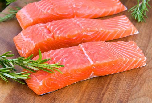 Ăn cá biển có thể ngừa mù lòa