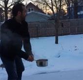 Video: Nước sôi đóng băng trong nháy mắt tại Mỹ