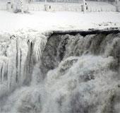 Kinh ngạc dòng thác hóa băng trong đợt lạnh kỷ lục