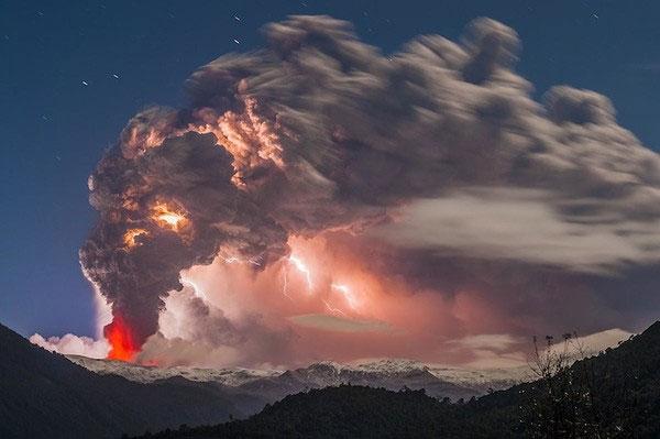 """Cảnh tượng ngoạn mục """"ngoài hành tinh"""" khi núi lửa phun trào"""