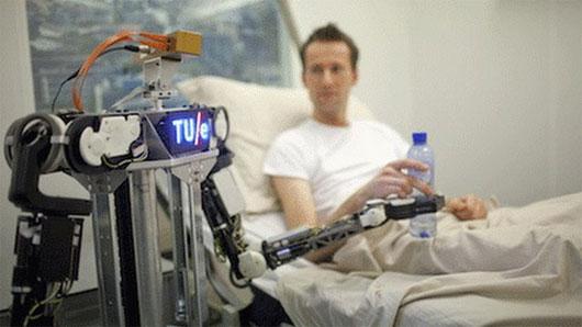 Các Robot thử nghiệm sử dụng mạng RoboEarth để thực hiện nhiều tác vụ, như phục vụ nước cho bệnh nhân như trong ảnh