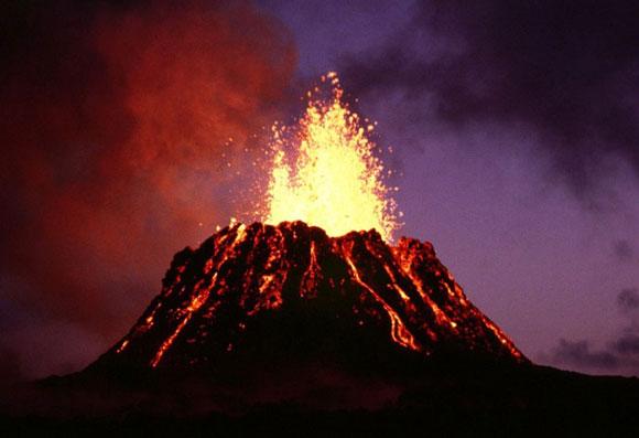 Choáng ngợp cảnh tượng núi lửa phun trào