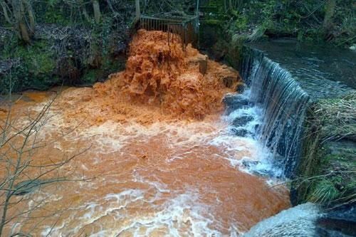 Nước sông chuyển màu vàng