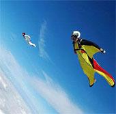Người có thể bay như chim trên mặt trăng sao Thổ