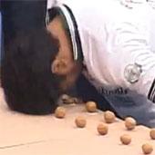 Video: Dùng đầu đập vỡ nhiều quả óc chó nhất trong một phút