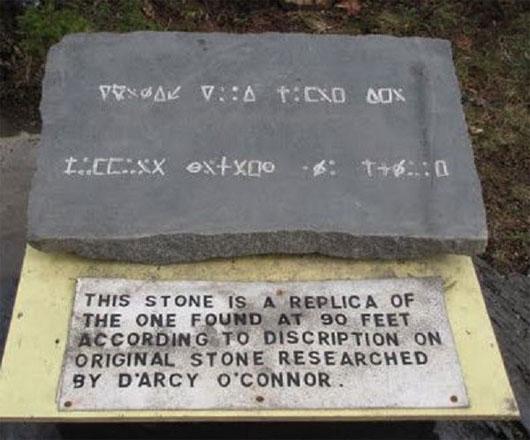 Một trong những khám phá lớn nhất tại hang này là tập hợp những chữ khắc trên đá nằm khoảng 27m dưới lòng đất.