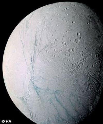 Phát hiện biển nước trên Mặt Trăng Enceladus của Sao Thổ