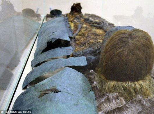 """Cận cảnh xác ướp 800 năm tuổi """"đen sì"""", tóc đỏ ở Nga"""