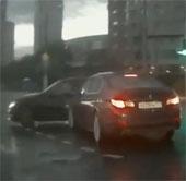 """Video: Ô tô """"ma"""" xuất hiện ngay giữa đại lộ đông đúc?"""
