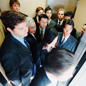 Vì sao vào thang máy lại ngó lên trần?