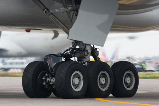 Tại sao ôm bánh máy bay mà vẫn sống sót thần kỳ?