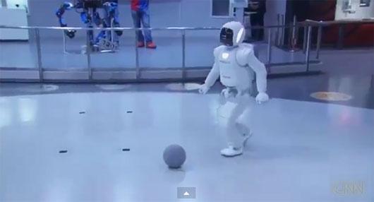 Video: Người máy ASIMO đá bóng với tổng thống Obama