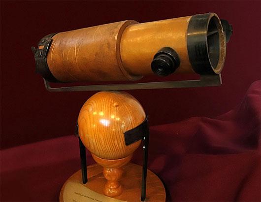 Một bản sao của chiếc kính viễn vọng phản xạ do Newton chế tạo và đã trình bày trước Hội đồng hoàng gia vào năm 1672