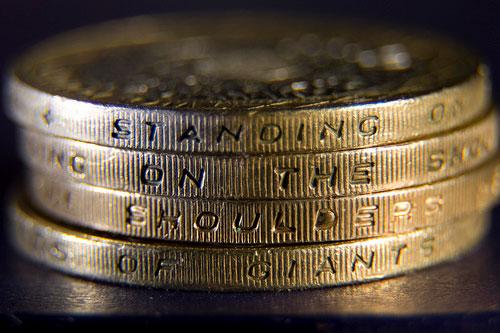 Những đồng 2 pound tại Anh với các khía 2 xung quanh cạnh
