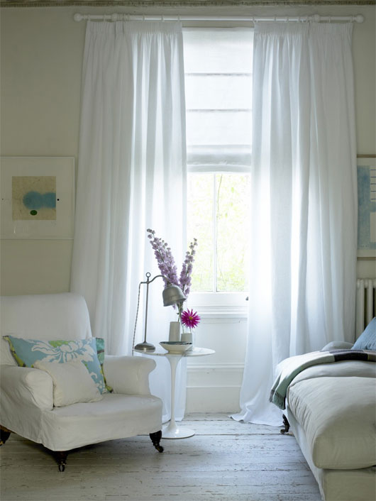 Rèm cửa trắng sẽ giúp giảm nhiệt đáng kể cho nhà bạn trong những ngày nóng.