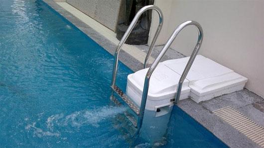 Công việc dọn vệ sinh và xử lý nước bể bơi luôn là ưu tiên hàng đầu.
