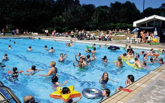 Khi đi bơi, nếu thấy số người bơi nhiều thì cần cân nhắc về việc có nên tiếp tục bơi hay không.