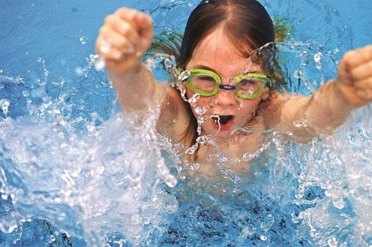 Khi đi bơi, bạn nên sử dụng kính bơi chặt, tránh nước bể xâm nhập vào mắt.