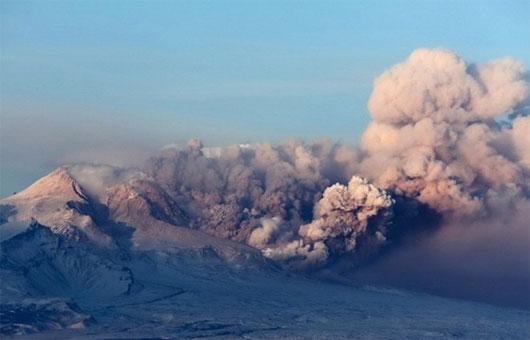 Núi lửa phun cột tro bụi cao 10km