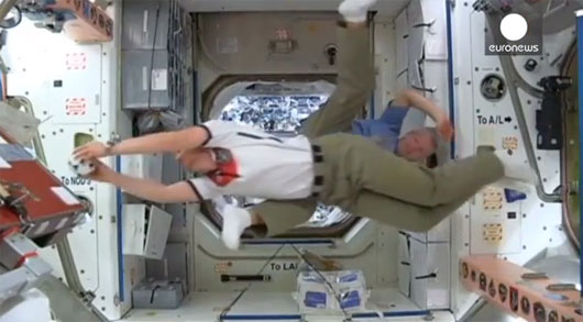 Video: Phi hành gia đá bóng trên ISS