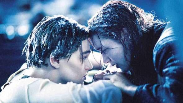 Tại sao một số người dễ khóc khi xem phim buồn?