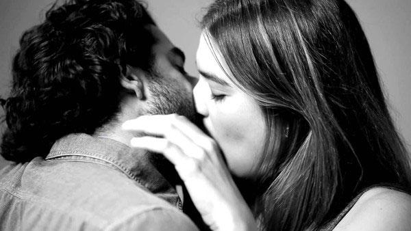 Lý giải mới về việc vì sao con người hôn nhau